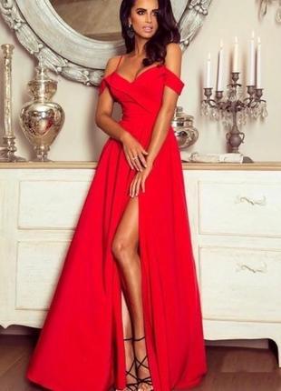 Вечернее длинное красное платье с разрезом и открытыми плечами