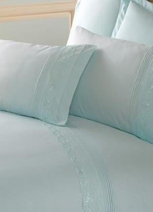 Комплект  постельного  белья с кружевом красивого ментолового цвета