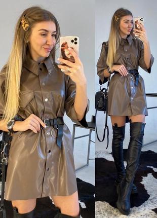 Невероятно стильное, универсальное кожаное платье с пирсингом на воротничке.