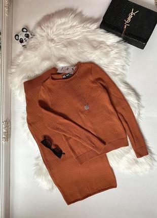 Стильный трикотажный костюм в рубчик вязаный комплект лапша джемпер и юбка миди
