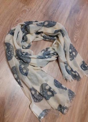 Легкий шарф с черепами