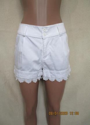 Белые шорты с кружевом по низу