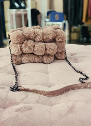 Стильная меховая сумочка в пудровом цвете скидка