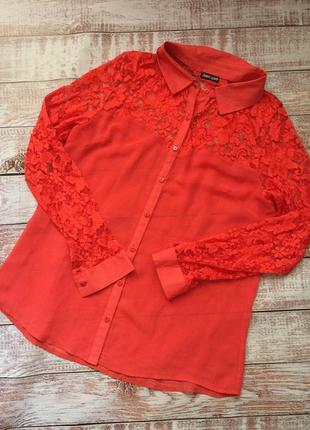 Яркая блуза с ажурными вставками