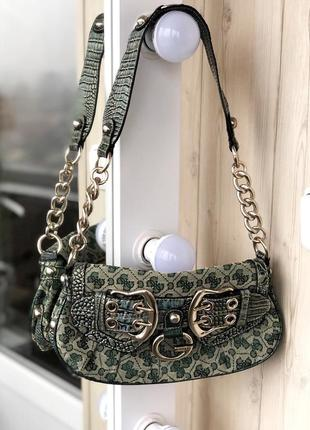 Оригинальная сумка багет кросбоди с массивной цепочкой guess
