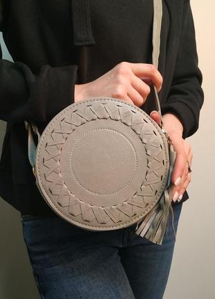 Красивая сумка круглой формы с кисточкой