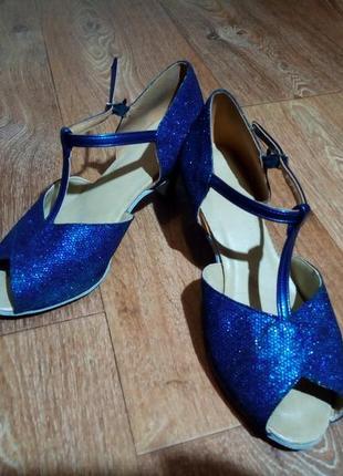 Блестящие туфли для бальных танцев