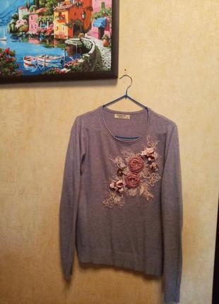 Красивый свитер с объемной аппликацией из цветов