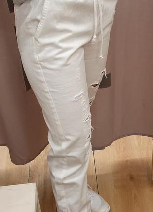 Белые рваные брюки джогеры