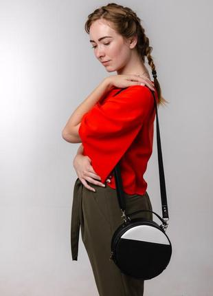 Женская круглая черна-белая сумка через плечо