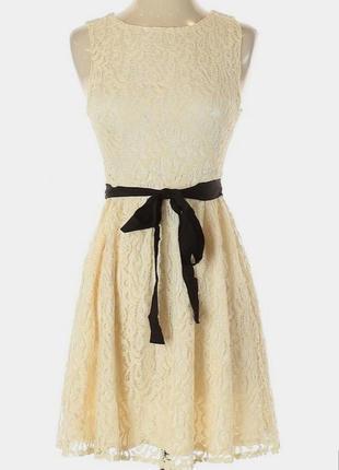 Кружевное платье бежево кремового цвета с контрастным пояском