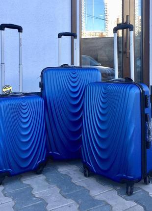 Чемодан из поликарбоната пластиковый маленький для ручной клади синего цвета.