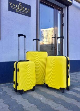 Чемодан пластиковый из поликарбоната маленький для ручной клади желтого цвета.