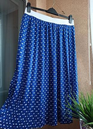 Красивая стильная яркая летняя плиссированная юбка в горох