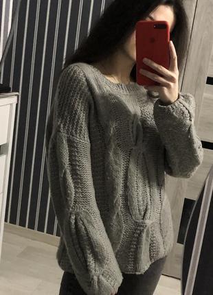 Вязаный тёплый свитер с узорами
