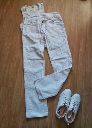 Белые джинсы прямого покроя.