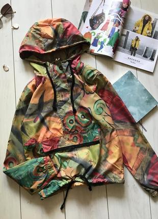 Яркая куртка анорак ветровка