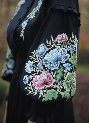 """Нарядное черное платье с ручной вышивкой """"японский пион-2"""""""