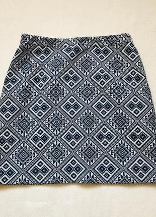 Короткая юбка с сине-белым принтом