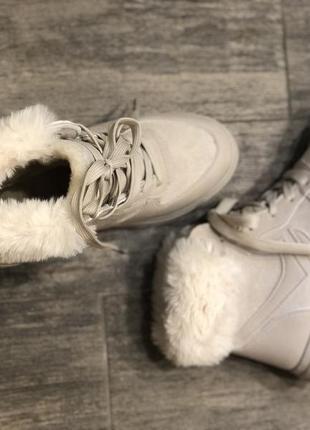 Бежевые ботинки на меху