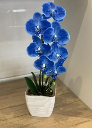 Прекрасная композиция из искусственных орхидей синяя орхидея декор