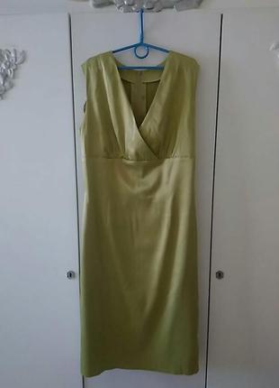 Красивое атласное платье оливкового цвета