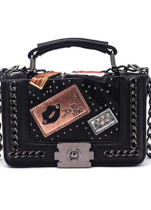 Оригинальная маленькая сумочка с лейбами экокожа