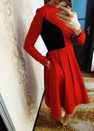 Красивенное платье ниже колена.