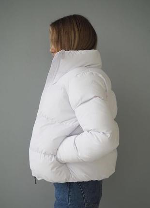 Белая дутая весенняя демисезонная куртка на холлофайбере
