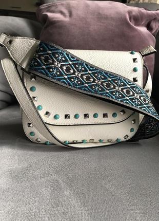 Белая сумка в стиле valentino с широким плечевым ремешком италия лимитка