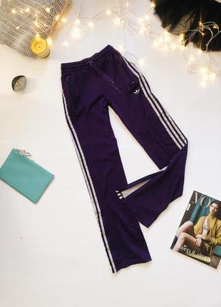 Фиолетовые спортивные штаны adidas original с замочками снизу