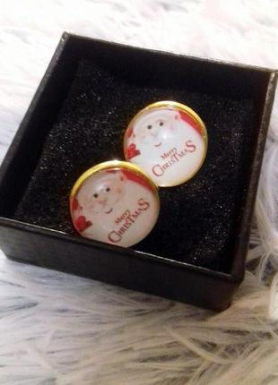"""Запонки золотого цвета новогодней тематики с санта клаусом и надписью """"merry christmas"""""""