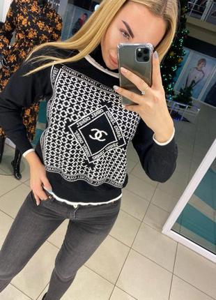 Черный модный свитер