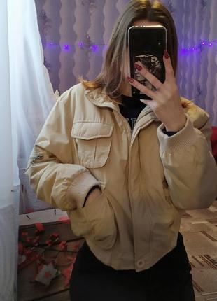 Укороченная бежевая куртка