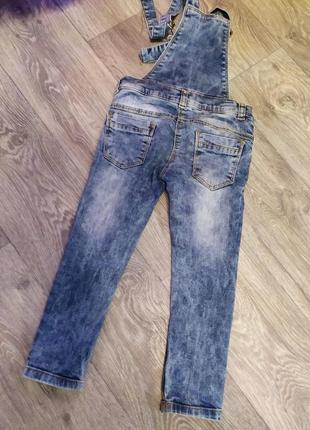 Продам джинсовый комбинезон для девочки