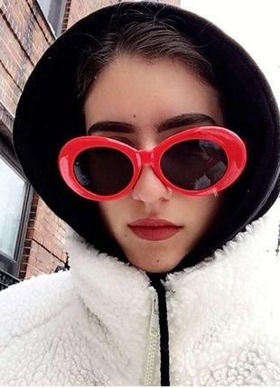 Стильные солнцезащитные очки в красной оправе!