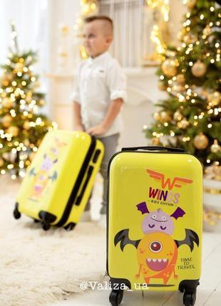 Детский чемодан из поликарбоната пластиковый маленький для ручной клади с монстрами.