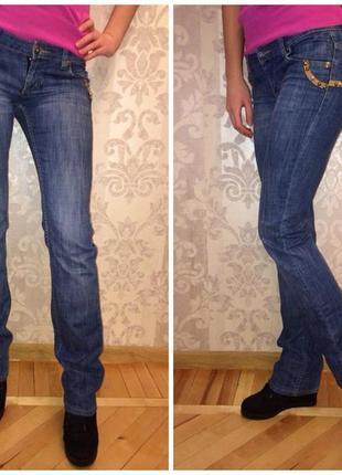 Стильные джинсы, хорошо сидят на попе