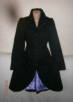 Современное удлиненное пальто из джинсовой ткани.