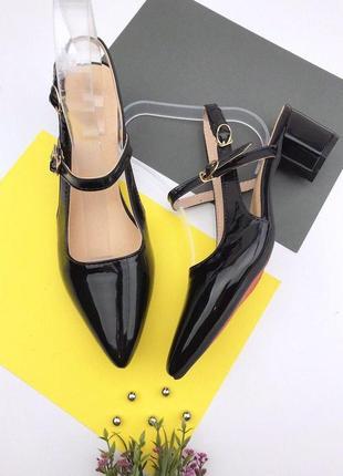 Лаковые туфли на толстом каблуке