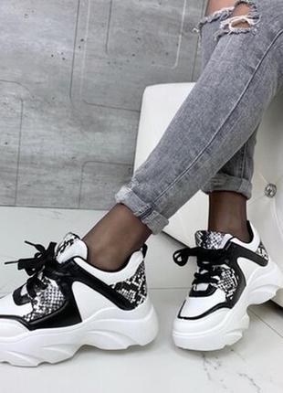 Стильные кроссовки с тиснением