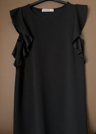 Платье прямого кроя с волнистыми вставками на рукавах