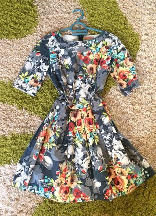 Серое платье с принтом цветы