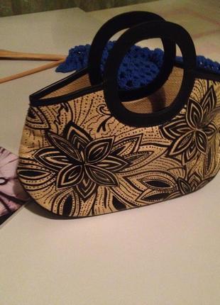Небольшая оригинальная сумочка с короткими ручками.