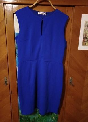 Платье с вырезом-каплей на груди