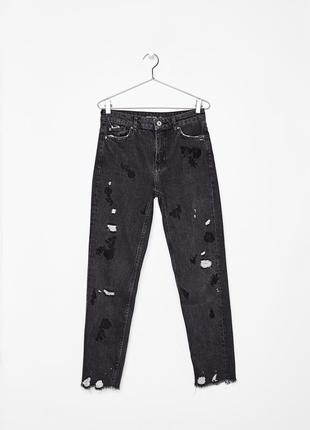 Трендовые темно серые мом джинсы с рваностями и нашивками bershka