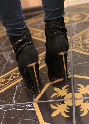 Сапожки на высоком каблуке