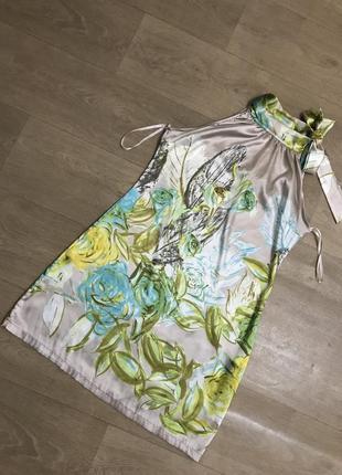 Но нежное платье с цветами и с бантом на шее