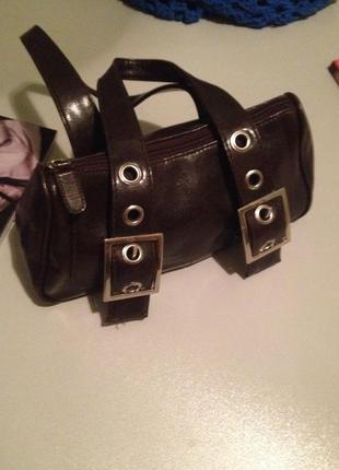 Оригинальная маленькая сумочка с короткими ручками.
