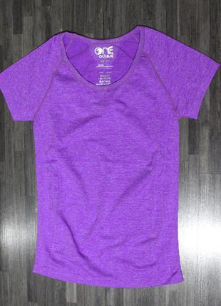 Фиолетовая спортивная футболка